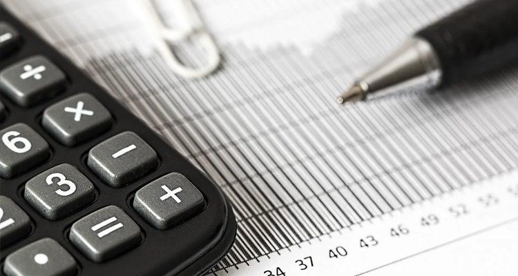 Calculadora, planilha e caneta